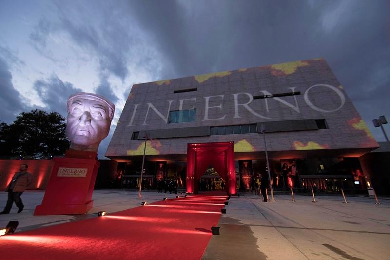 Premiéru Inferna s Tomom Hanksom si nenechali ujsť ani talianski politici